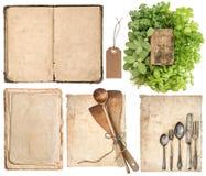 Utensilios de la cocina, libro de cocina viejo, páginas e hierbas Imágenes de archivo libres de regalías