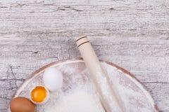 Utensilios de la cocina para cocinar el pan imágenes de archivo libres de regalías