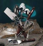 Utensilios de la cocina que cocinan las herramientas en un florero de cristal Foto de archivo