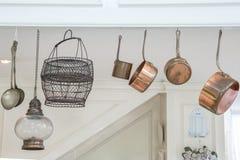 Utensilios de la cocina que cuelgan en casa Imágenes de archivo libres de regalías