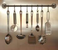 Utensilios de la cocina que cuelgan en la pared Fotos de archivo libres de regalías