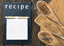 Utensilios de la cocina y una libreta para escribir una receta Imagenes de archivo