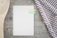 utensilios de la nota y de la cocina del Libro Blanco para las recetas de la comida Foto de archivo