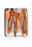 Utensilios de madera de la cocina en bandeja Fotos de archivo libres de regalías