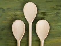 Utensilios de mezcla de las cucharas de la cocina de madera Imagenes de archivo