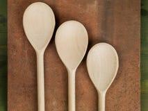 Utensilios de mezcla de las cucharas de la cocina de madera Fotografía de archivo libre de regalías