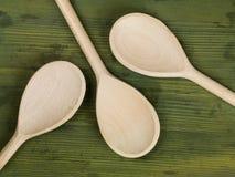 Utensilios de mezcla de las cucharas de la cocina de madera Imágenes de archivo libres de regalías
