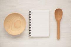 Utensilios del cuaderno y de la cocina para las recetas de la comida imagen de archivo