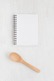 Utensilios del cuaderno y de la cocina para las recetas de la comida fotografía de archivo