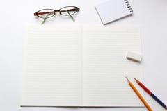 Utensilios del cuaderno y de la escritura Fotos de archivo