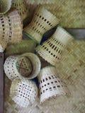 Utensilios del uso del hogar o de la cocina de los bambúes de la artesanía que tejen hecha a mano Foto de archivo