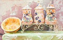Utensilios domésticos coloridos en estilo rural Foto de archivo libre de regalías
