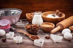 Utensilios e ingredientes de la hornada Fotos de archivo