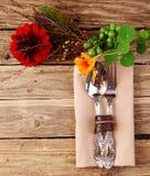 Utensilios en la tabla de madera con las flores frescas Imagenes de archivo
