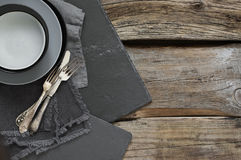 Utensilios grises de la cocina en la tabla de madera apenada áspera fotografía de archivo libre de regalías