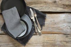 Utensilios grises de la cocina en la tabla de madera apenada áspera foto de archivo