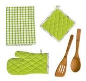 Utensilios, guante, potholder y toalla de madera aislados de la cocina Foto de archivo