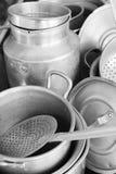 Utensilios metálicos viejos de la cocina fotos de archivo