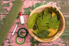 Utensilios para hacer las hojas de la flor de papel Fotografía de archivo libre de regalías