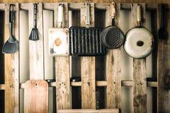 Utensilios viejos de la cocina de diversas clases Color del vintage filtrado Imagen de archivo