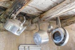 Utensilios viejos de la cocina en aluminio Imagen de archivo