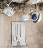 Utensilios viejos de la cocina en aluminio Imágenes de archivo libres de regalías