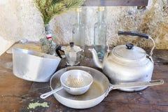 Utensilios viejos de la cocina en aluminio Imagen de archivo libre de regalías