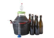 Utensilios y equipo para hacer el vino en casa, en blanco. Foto de archivo libre de regalías