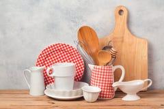Utensilios y vajilla de la cocina en la tabla de madera sobre fondo gris rústico imágenes de archivo libres de regalías