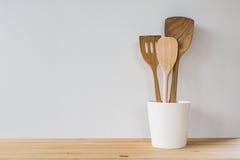 Utensílios de cozimento da cozinha; espátulas de madeira etc. Imagem de Stock