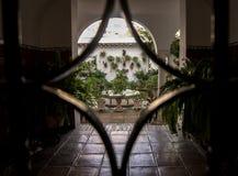 Uteplats av Cordoba från ingångsjärndörren royaltyfria bilder