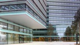 Uteplats, glasväggar och fönster av det nya bankkontoret Fotografering för Bildbyråer