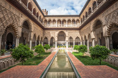 Uteplats i kungliga Alcazars av Seville, Spanien Royaltyfri Foto