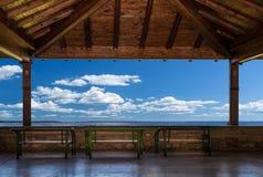 Uteplats med bänkar, havsikt och himmel Fridsamt perspektiv, Skopje Makedonien royaltyfri fotografi