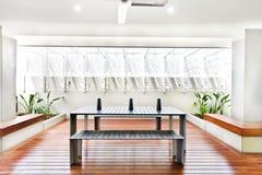 Uteplatsområde med trägolvet inklusive en tabell och bänkar Royaltyfri Fotografi