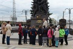 Utfärd av skolbarn på de minnes- komplexa `-försvararna av stad-hjälten av Tula under det stora patriotiska kriget av 1941-194 Arkivfoton