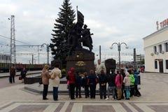 Utfärd av skolbarn på de minnes- komplexa `-försvararna av stad-hjälten av Tula under det stora patriotiska kriget av 1941-194 Royaltyfri Bild