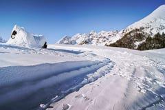 Utfärd på de snöig banorna Arkivbild