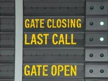 Utfärda utegångsförbud för bokslutet, den öppna porten och meddelandet för den sista appellen på flygplatsinformat arkivbilder