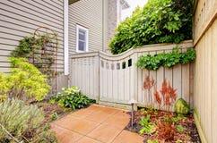 Utfärda utegångsförbud för och staket till trädgården royaltyfri fotografi