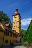 Utfärda utegångsförbud för tornet i den medeltida staden Dinkelsbuhl, en av den arketypiska ten arkivfoto