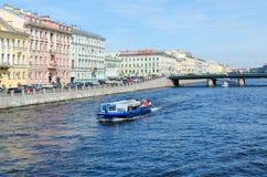 Utfärdfartyg på den Fontanka floden nära den Semyonovsky bron, St Petersburg, Ryssland royaltyfria bilder