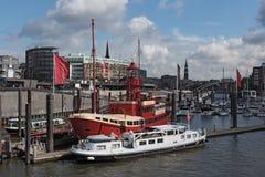 Utfärdfartyg på Elbet River nära Hamburg, St Pauli Landungsbruecken Arkivbild