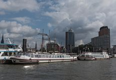 Utfärdfartyg på Elbet River nära Hamburg, St Pauli Landungsbruecken Royaltyfri Foto