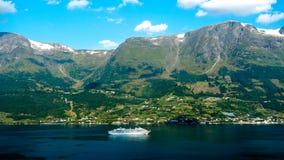 Utfärdfartyg som kryssar omkring över den norska fjorden royaltyfri fotografi