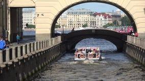 Utfärdfartyget med turister passerar vinterkanalen okhtinsky petersburg russia för bro saint arkivfilmer