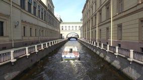 Utfärdfartyget utan turister svävar på en vinterkanavke okhtinsky petersburg russia för bro saint arkivfilmer