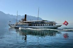 Utfärdskepp och folk i pir på Genève sjön i Montreux Arkivfoto