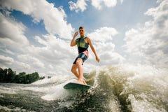 Utför den caucasian surfaren för brunetten hans yrkesmässiga kapaciteter arkivbilder