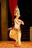 utför den kambodjanska dansare för apsaraen Arkivbilder